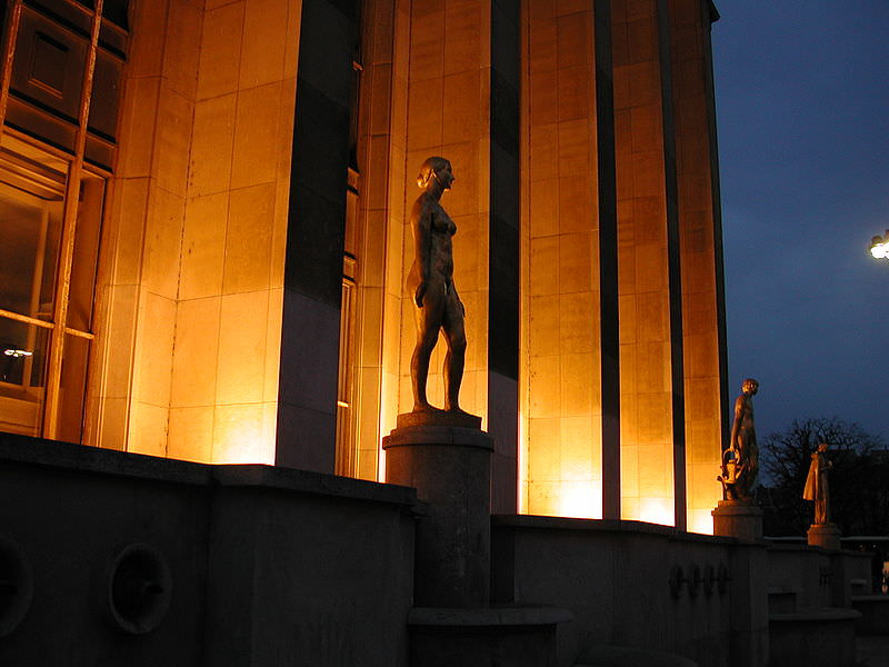 Statues at Place du Trocadero at night