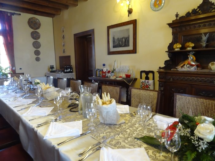 Agriturismo Millefiore Corte delle Rose. A homey dining room punctuated by antiques and flowers