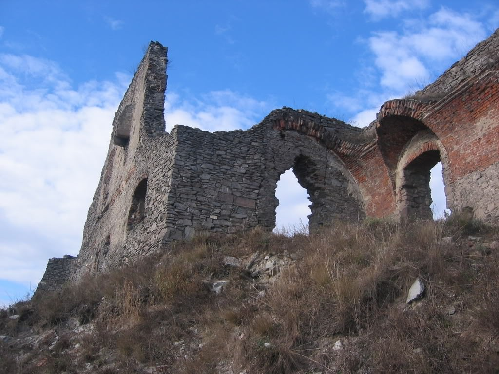 The ruined state of the castle is due to an apparently accidental explosion during 1848-49
