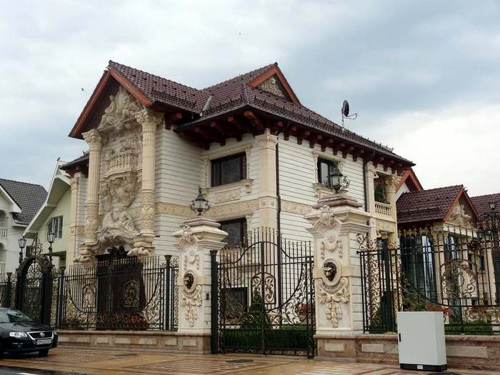 "An elaborate mansion in the ""smugglers' village"" of Huta Certez in Maramureș"