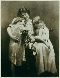 Isadora Duncan and her 2 children