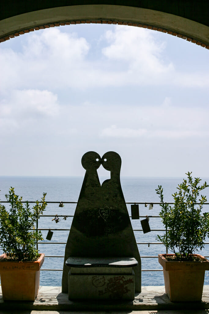 Statue representing two lovers in front of a view of the ocean