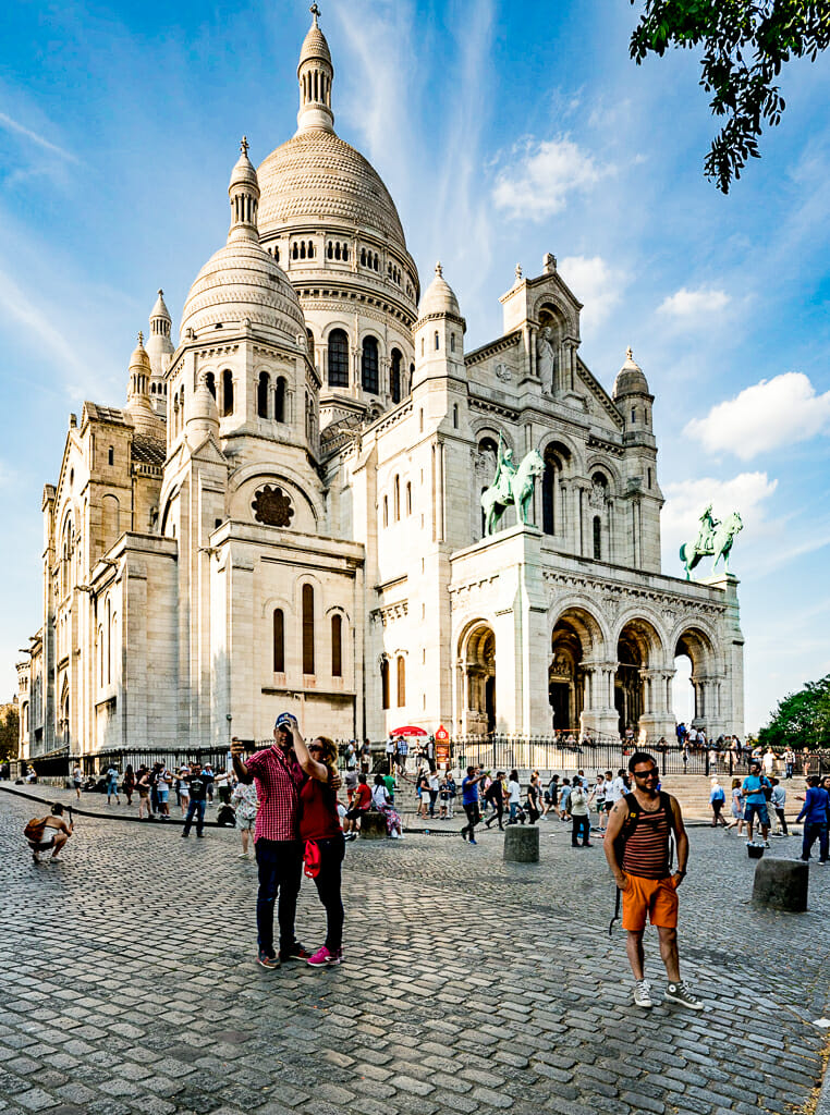 People in front of white cathedral Sacré-Coeur